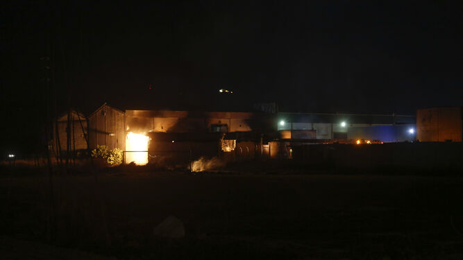 Despliegue de bomberos en Santa Fe por el incendio de una nave industrial