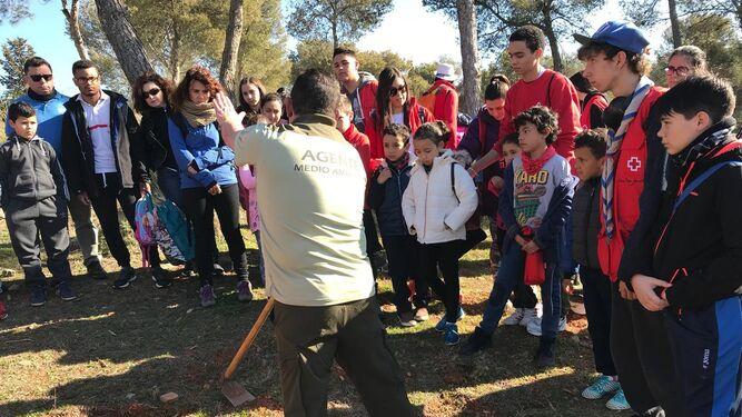 Los participantes estuvieron ayudados por expertos que les enseñaron la técnica de plantación.