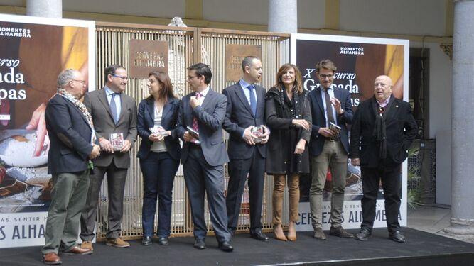 1. Presentación del certamen en el patio del Ayuntamiento, con la presencia del alcalde, Francisco Cuenca. 2. Uno de los cocineros en la final de una edición anterior del certamen 'Granada de tapas'.
