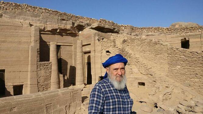 El catedrático de la UGR Miguel Botella en la necrópolis egipcia de Qubbet el-Hawa.