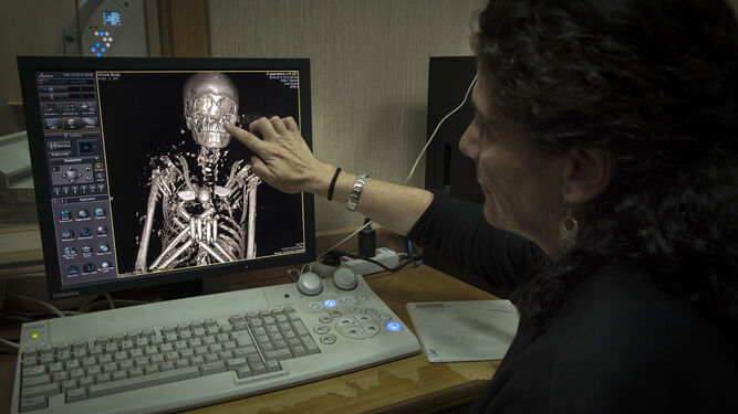 Los investigadores realizando el TAC a las momias.
