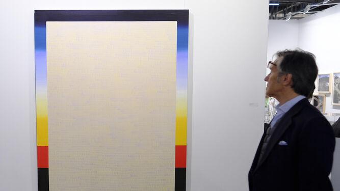 1 y 2. Alejandro Botubol y Ana Barriga son dos de los jóvenes andaluces cuyos trabajos se exponen en ARCO. 3. Una sugerente imagen de Pilar Albarracín, que se retrata colgada bocabajo de una cuerda y envuelta en un mantón.