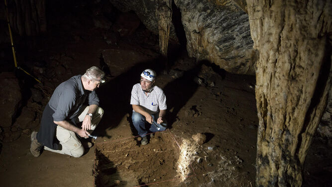 1 y 3. Trabajos en la Cueva de Ardales liderados por la Universidad de Cádiz y el Neanderthal Museum de la Universidad de Colonia. 2. Manchas rojas, realizadas con óxido de hierro, atribuidas ahora a un artista neandertal. 4. Excavación en la cueva. 5. Presentación de la investigación, ayer, en la Universidad de Cádiz. 6. Interior de la Cueva de Ardales.