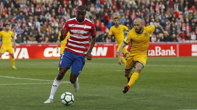 Adrián Ramos evita que el balón salga por la línea de fondo a la par que es perseguido por el alfarero Laure.