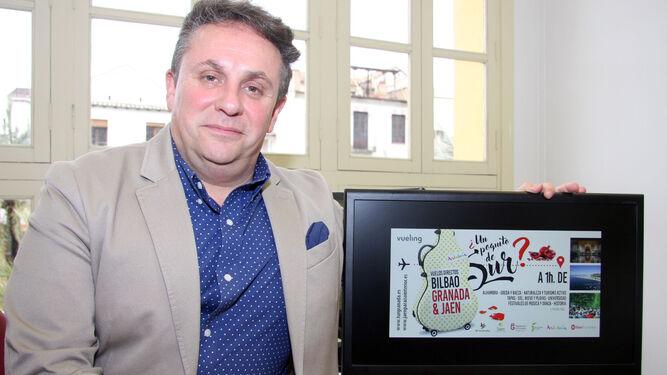 Enrique Medina, con el logo de la promoción en Bilbao.