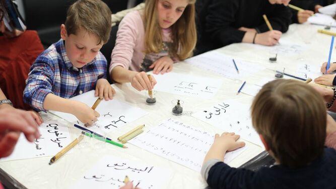 Los niños disfrutaron de un taller de caligrafía árabe en la Alhambra.