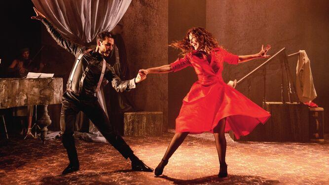 Silvia Marsó y Felipe Ansola, los dos protagonista de '24 horas en la vida de una mujer', actúan durante uno de los espectáculos.