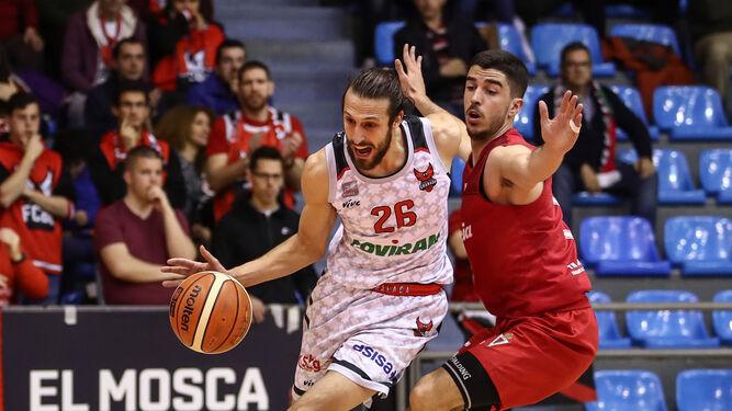 De Cobos intenta avanzar bajo la presión de un jugador del Real Murcia.