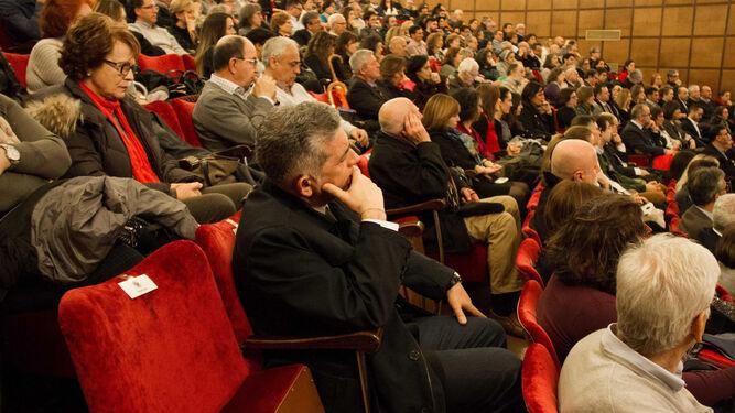 La rectora saluda a Diego Pablo Ruiz Padillo.