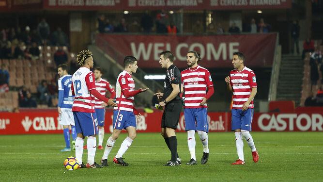 Los jugadores del Granada se quejan a Díaz de Mera Escuderos después de que expulsara por perder el tiempo al mediapunta Sergio Peña contra el Tenerife.