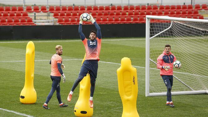 Los porteros del Granada, durante un entrenamiento de esta semana.