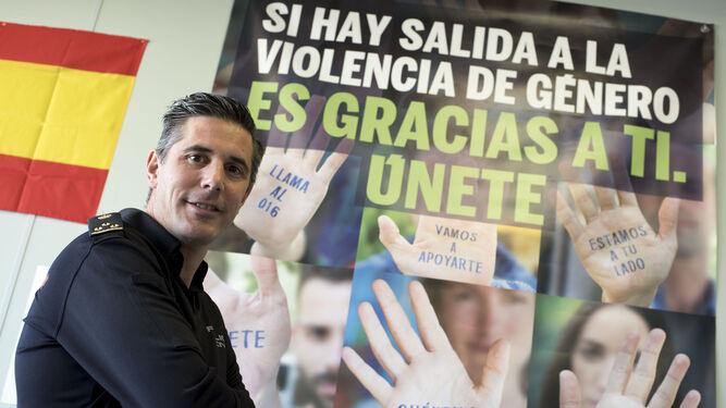 Miguel Nestares, en las dependencias de la UFAM ubicadas en la Jefatura Superior de Policía Nacional de Andalucía Oriental.