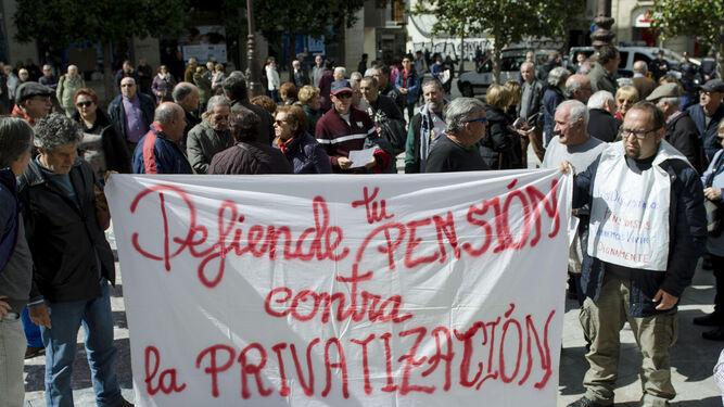 La Plataforma Metropolitana de Granada por las Pensiones Públicas congregó ayer a casi un centenar de jubilados.