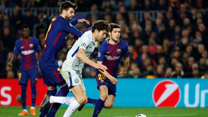 Marcos Alonso cae ante la entrada de Piqué, en una jugada en la que reclamó penalti.