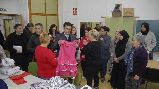 El alcalde de Granada, Francisco Cuenca, en las instalaciones del taller.