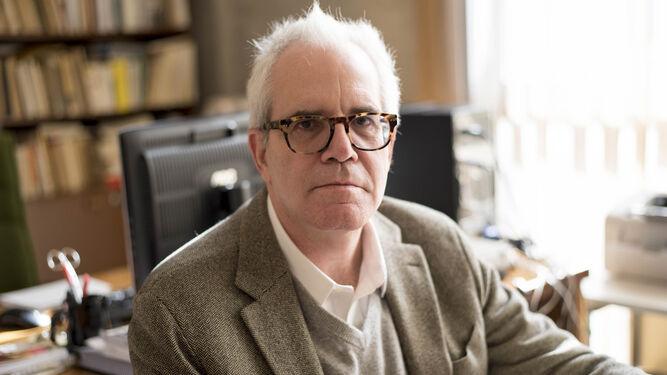 El catedrático y profesor de Literatura Española posa en su despacho de la UGR.