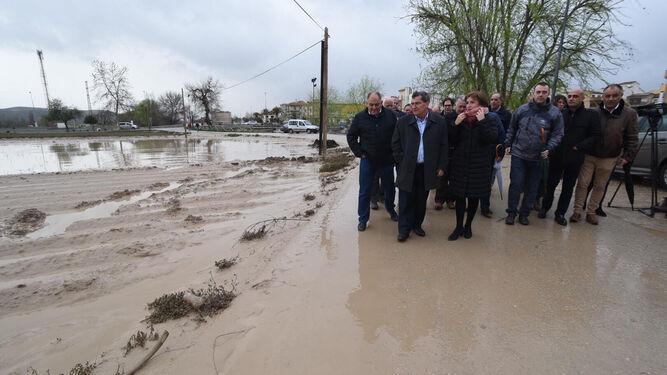 El presidente de la Diputación de Granada, José Entrena, se reunió ayer en Huétor Tájar con los alcaldes afectados por el desbordamiento del Genil.