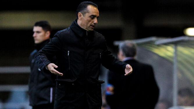 José Luis Oltra realiza un gesto de frustración durante el partido en el Mini Estadi, en el que el Granada cosechó su peor derrota (3-0).