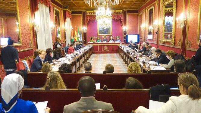 El primer encuentro entre expertos y políticos locales tuvo lugar ayer en el Ayuntamiento de la ciudad.