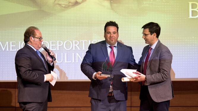 El acto celebrado en el auditorio de la Caja Rural se cerró con la tradicional foto de familia con los ganadores de los premios de los periodistas deportivos de Granada.