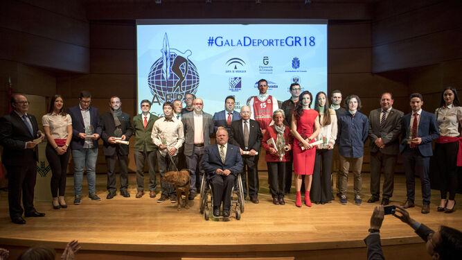 El alcalde de Granada Francisco Cuenca entrega el premio al mejor deportista al tirador Antonio Bailón.