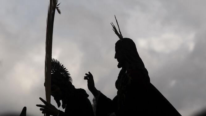 1. Imponente imagen de la Borriquilla, en su salida por las calles de Granada. 2 y 3. La capital y los principales municipios de la provincia ultiman a contrarreloj los preparativos para celebrar una de las semanas más turísticas y esperadas del año.