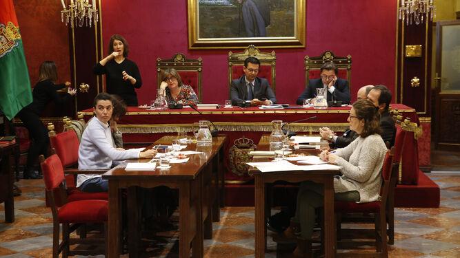 La oposición criticó la urgencia para celebrar el pleno un martes Santo.