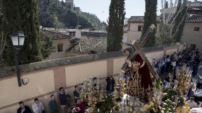 El paso de palio del Vía Crucis, a su salida.