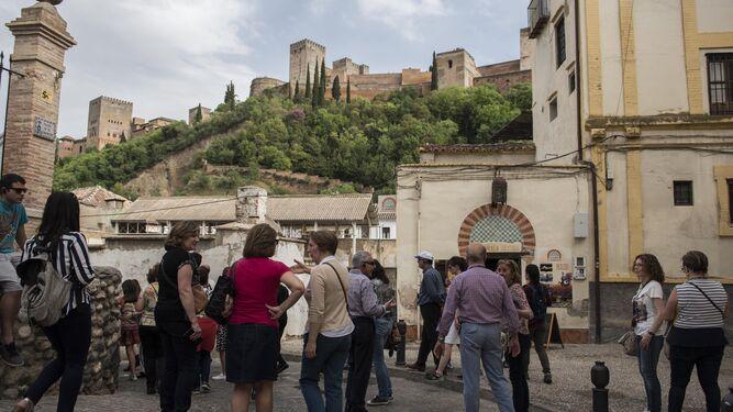 Quienes visitan la ciudad no se resisten a pasear por las calles del Albaicín.
