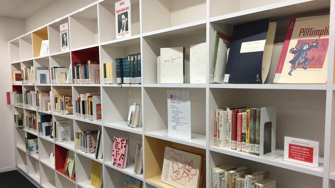 La biblioteca dispone de una sección especializada en el poeta granadino.