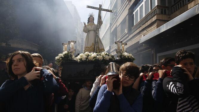 Los niños, protagonistas del Domingo de Resurreción portando la imagen del Niño Jesús atribuido a Torcuato Ruiz del Peral en la procesión de Los Facundillos.