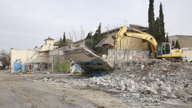 Las máquinas derribando las paredes del antiguo cuartel de la Compañía de Automóviles.