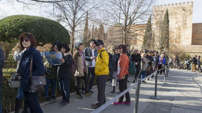 Turistas en el acceso al monumento.