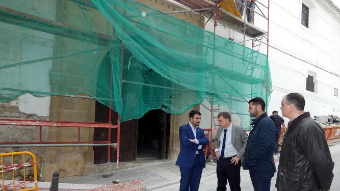 Un técnico explica al alcalde lojeño y al subdelegado el avance de las obras.