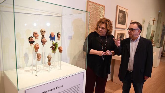 Fátima Gómez y Alejandro V. García durante la inauguración de a exposición 'Fulgor y Castigo de Hermenegildo Lanz', ayer.