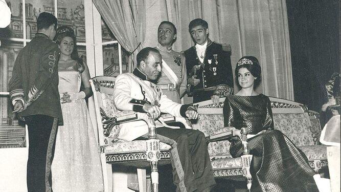De pie a la derecha, José María Guadalupe en su época de actor, al lado de Raúl Sender. A la izquierda, de pie, está Fiorella Faltoyano.