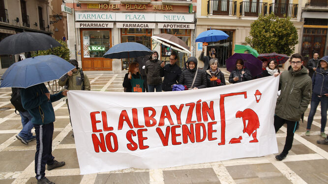 Los vecinos plantaron cara a la lluvia y salieron a protestar a Plaza Nueva con sus paraguas.