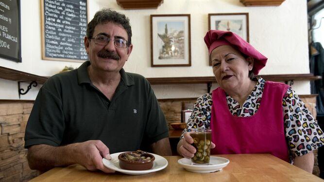 Paco Checa y Teresa Mena con dos de las tres variedades de caracoles que  se degustan en el negocio que regentan.
