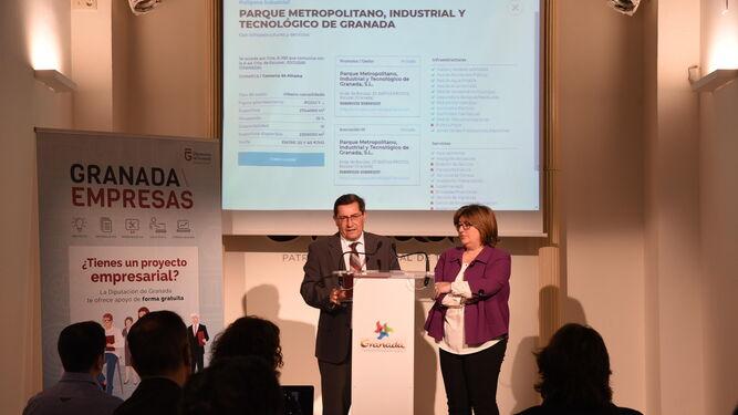 El presidente de la Diputación de Granada, José Entrena, junto a la diputada de Desarrollo Sostenible y Empleo, Ana Muñoz durante la presentación del catálogo industrial.