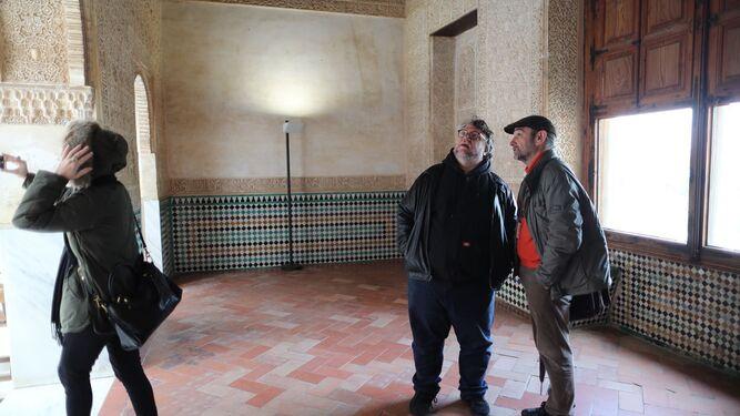 Sánchez Montes, enseñándole a Guillermo del Toro una de las salas.