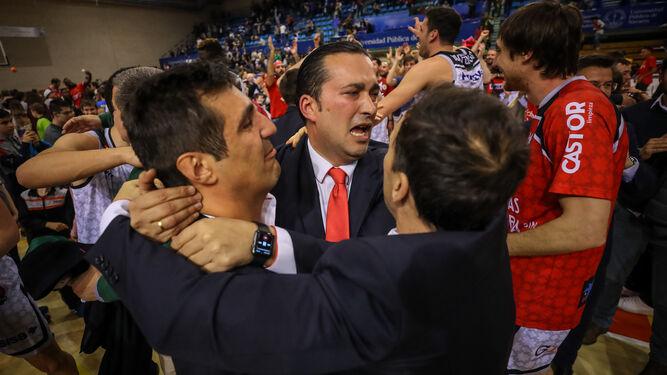 Pablo Pin se abraza con el presidente y parte de su cuerpo técnico tras el choque.
