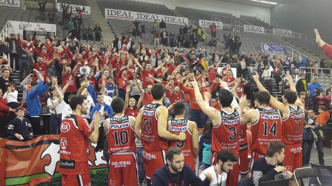Los jugadores del Covirán celebran con la afición el vital triunfo cosechado ante el Ávila el pasado fin de semana.