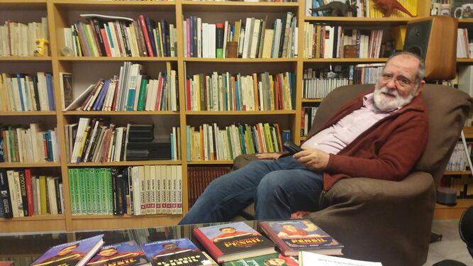 Andrés Sopeña, en la biblioteca de su casa, con ejemplares de 'El florido pensil'.
