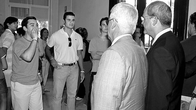 Antonio Duarte (izquierda) grita a Manuel Chaves (derecha) en un acto celebrado en Ciencias Políticas.