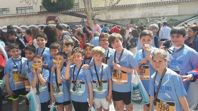El padre Antonio Carrón, segundo por la derecha, junto al resto de integrantes de la sección de atletismo del CP Agustinos: el alma de la carrera.