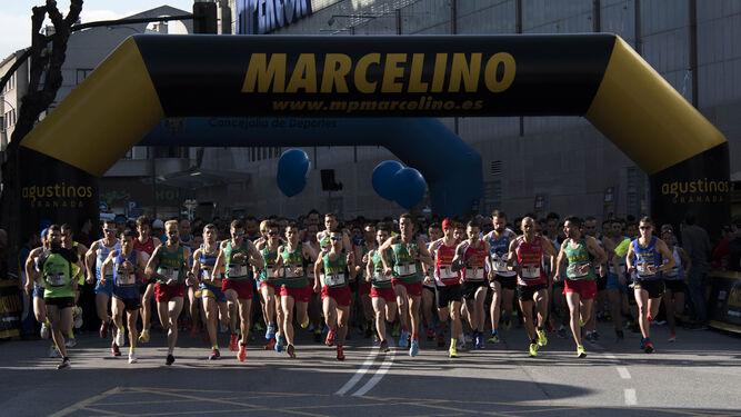 Cientos de atletas se apresuran a tomar posiciones en la línea de salida instalada en Arabial.