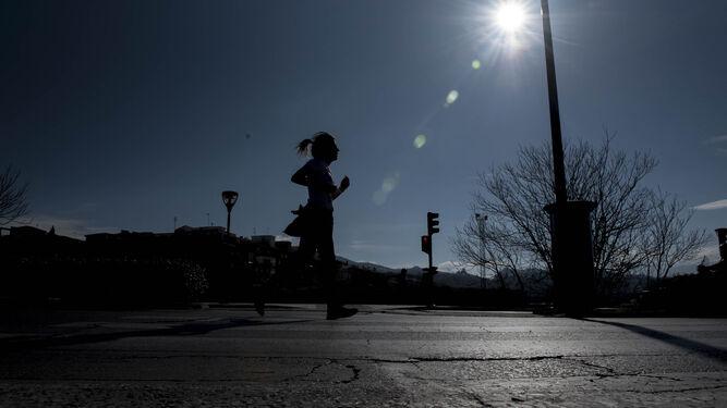 Correr bajo el sol convierte la ciudad en un páramo.
