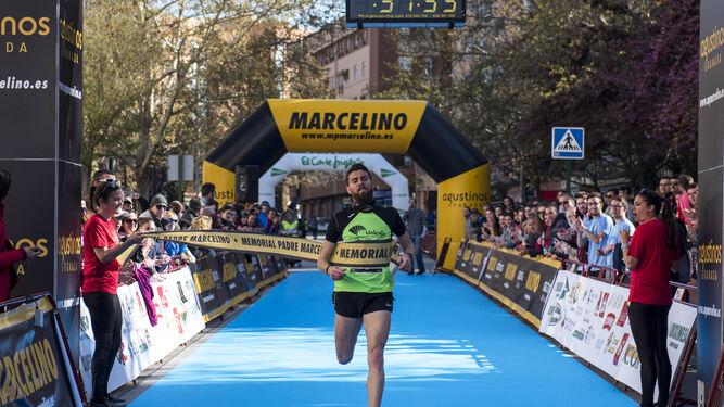 Momento en el que Pablo Sánchez cruza la línea de meta en primer lugar.