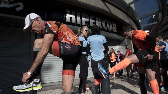 Los corredores estiran antes del comienzo de la prueba.