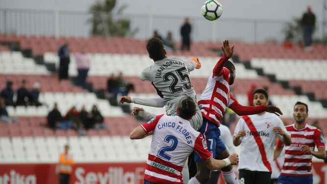 Víctor Díaz despeja ante Cantalapiedra.